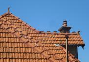 , Unlike slate roof tiles, which they had largely replaced by 1910, the terracotta tile was highly textured creating dramatic patterns on multi-planed roofs. The variability was central to the picturesque aesthetic of Federation-era architecture. This house at the corner of Ben Boyd and Kurraba Roads in Neutral Bay was built around 1907. Note the tile patterning and decorative ridge caps and finials. Photograph by Ian Hoskins, 2013