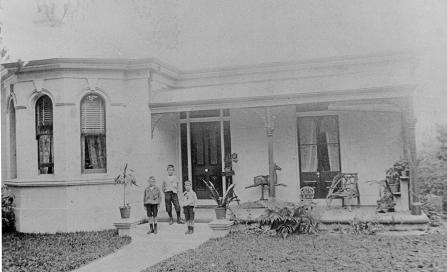 , This modest villa called 'Clifton' in Ben Boyd Road, Neutral Bay, is typical of the type of Italianate houses that were built in great numbers in western Sydney but only occasionally in North Sydney in the 1880s and 1890s. This photograph was taken around 1900. Stanton Library